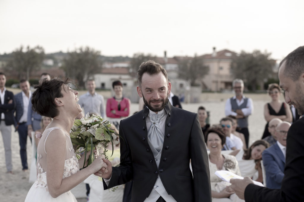 cerimonia_in_spiaggia_acquapazz_lemarche23