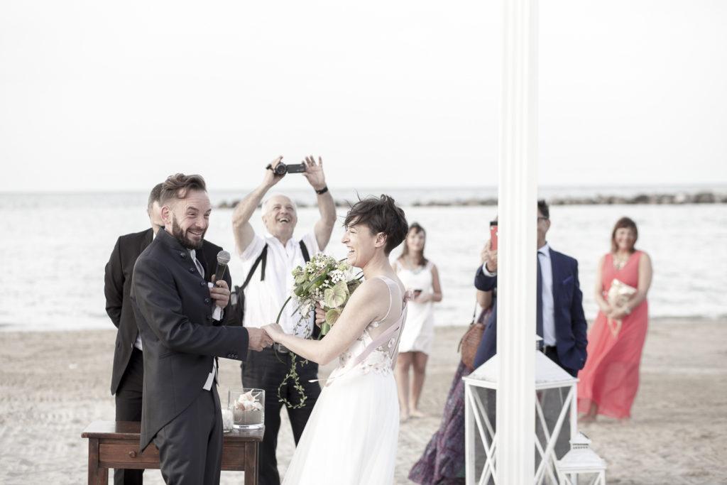 cerimonia_in_spiaggia_acquapazz_lemarche25