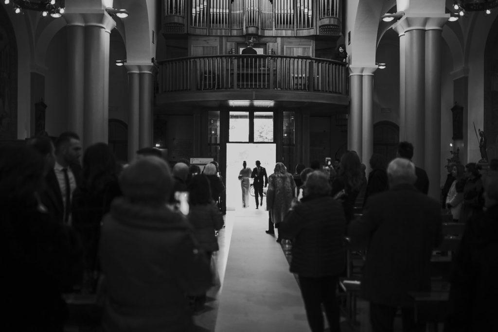 ingresso della sposa nella navata della chiesa
