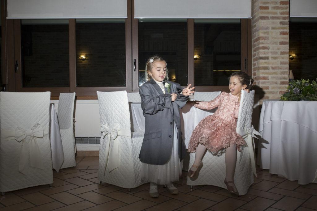 Bambini giocano al ricevimento di matrimonio
