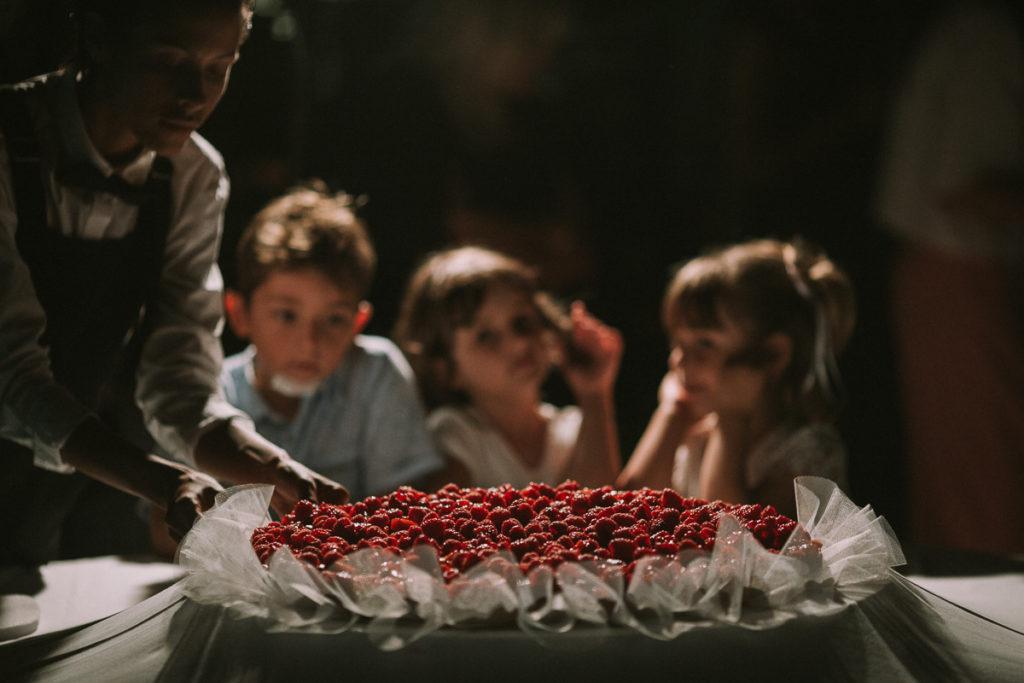 bambini e torta di matrimonio