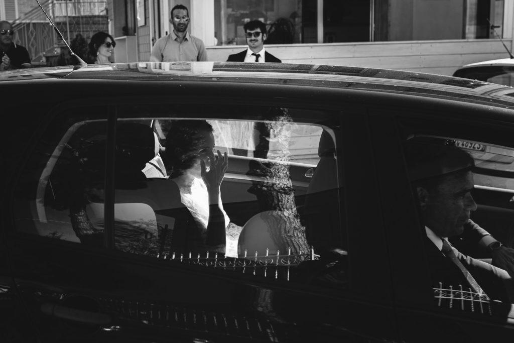 Arrivo della sposa in auto foto black and white