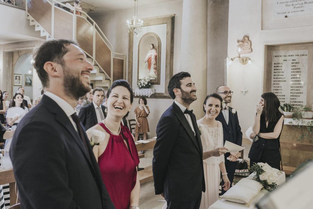 sorrisi all'altare con sposi e testimoni