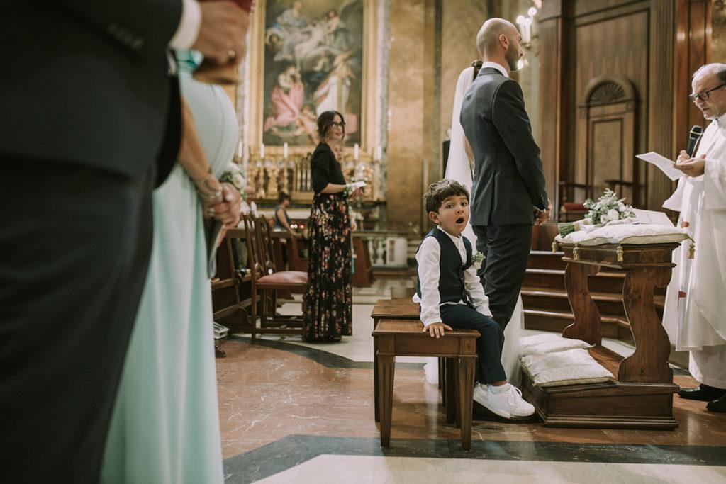 Bambino sbadiglia in chiesa