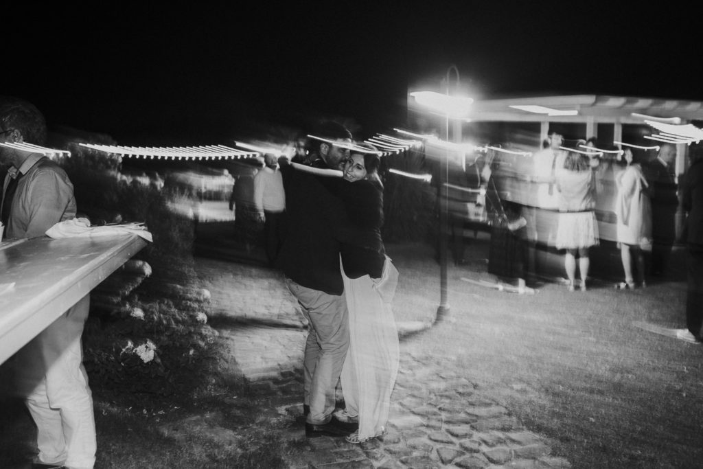 abbraccio notturno tra due sposi