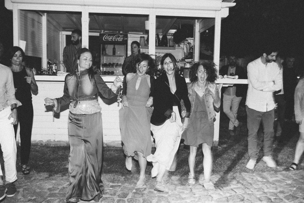 amiche della sposa ballano la pizzica