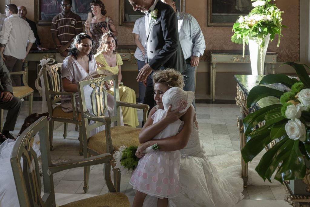 sposa e figlia abbraccio
