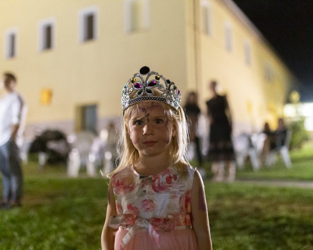 Piccola principessa durante la festa di matrimonio