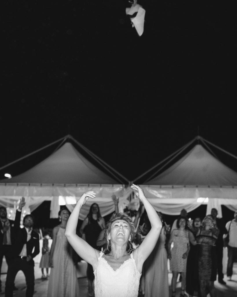 Lancio del bouquet in bianco e nero alla fine della giornata del matrimonio