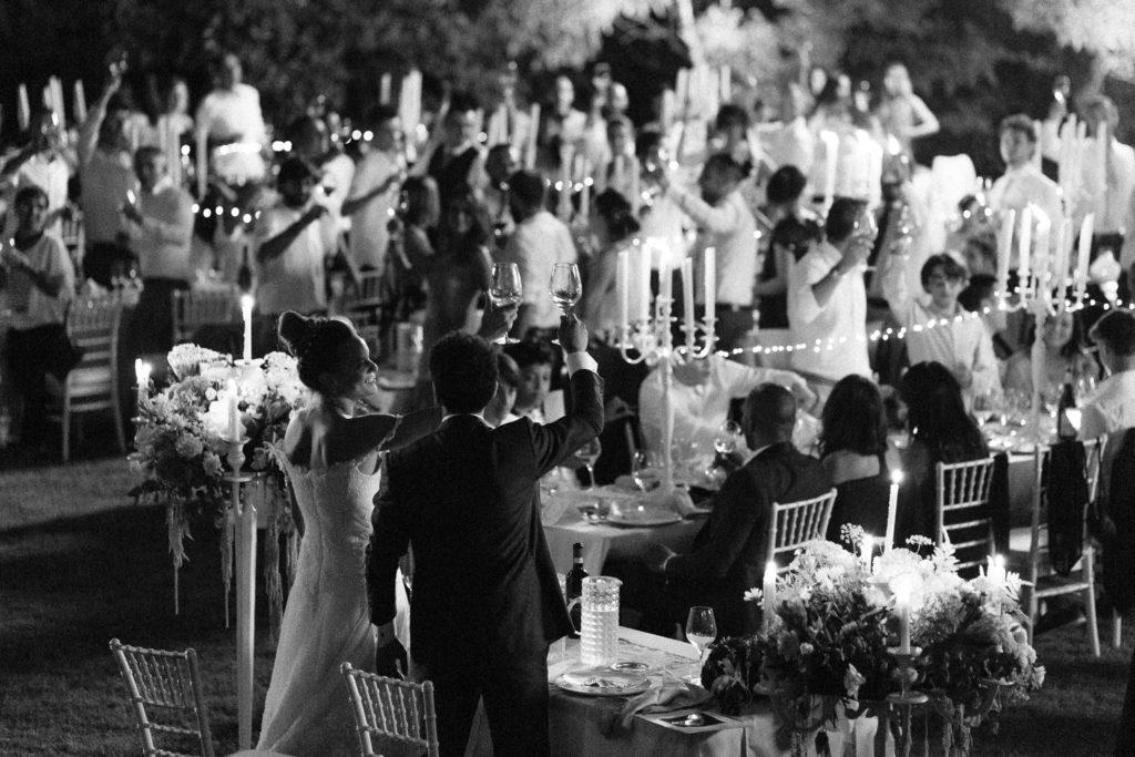 calici alzati per gli sposi