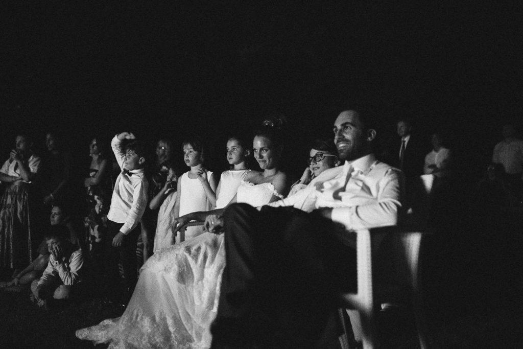 momento emozionale durante la festa di matrimonio regalo degli amici degli sposi